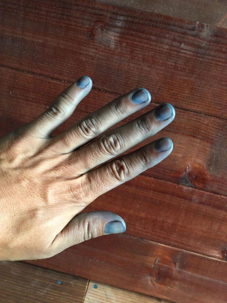藍染をする人の手