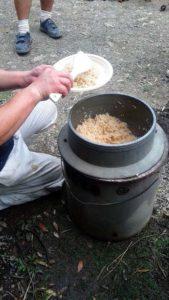 簡易釜戸でご飯を炊く