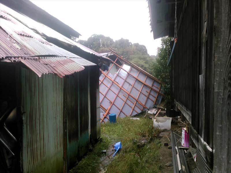 台風で屋根が飛ばされた