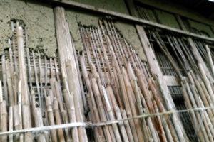 北側の壁 竹が立てかけられている
