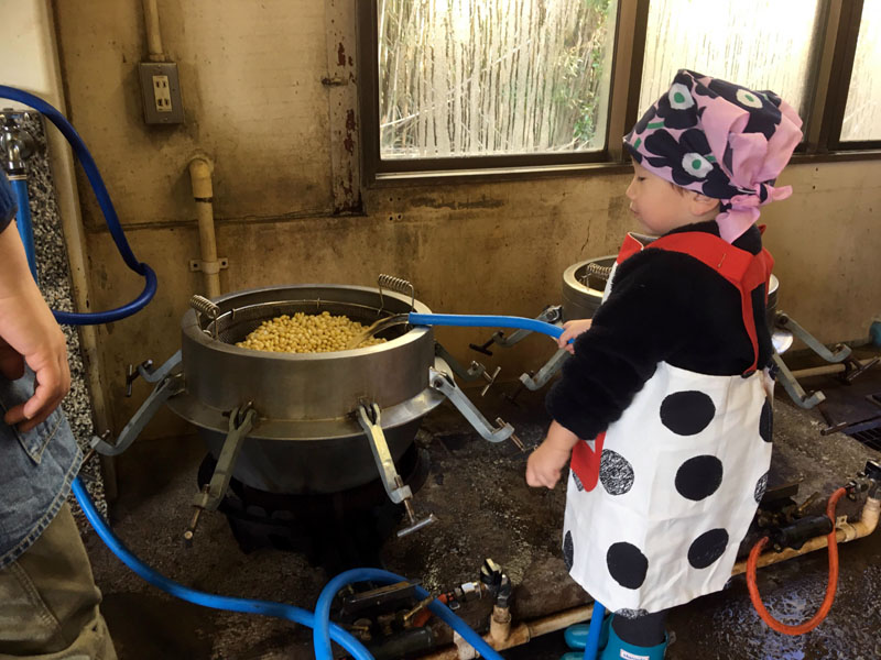 米から味噌まで 大豆を茹でる