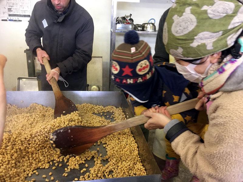 米から味噌まで 大豆を冷ます
