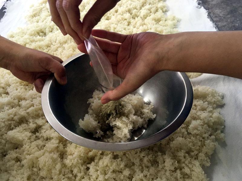 米から味噌まで こうじ菌投入