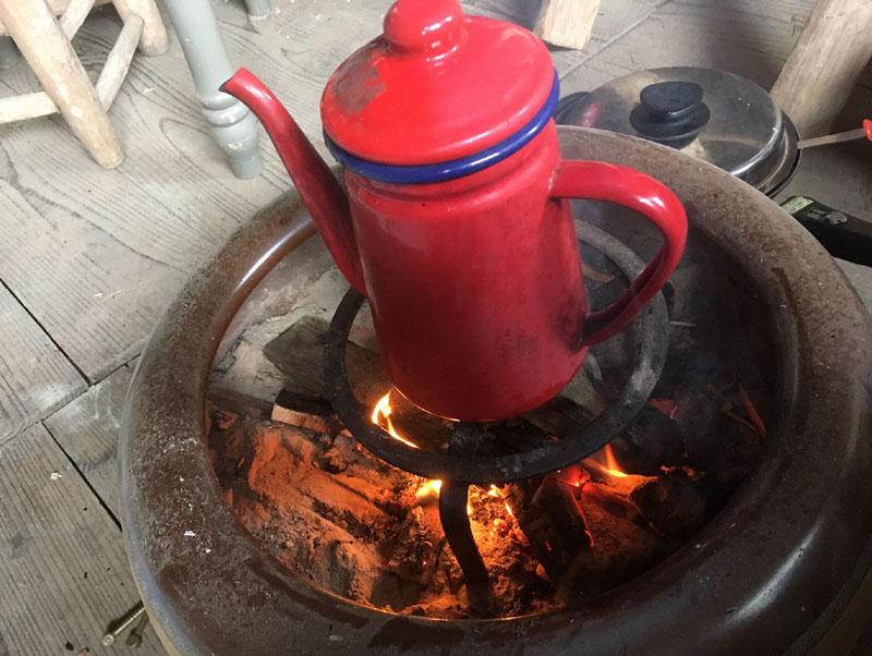 火鉢でお湯を沸かす