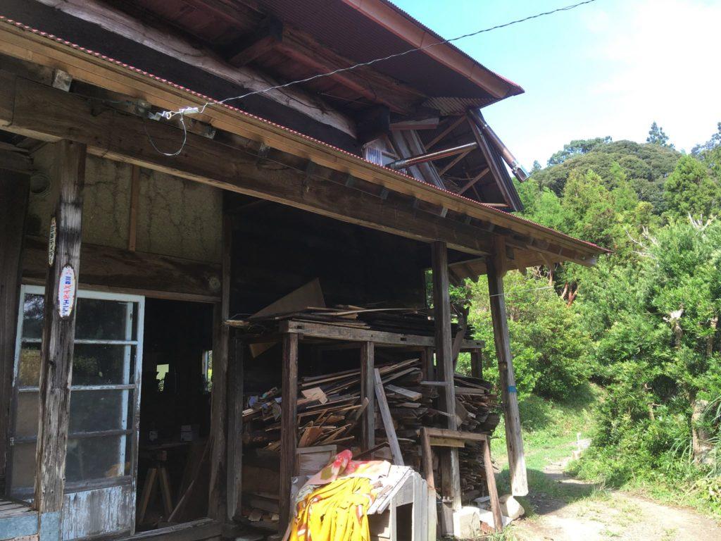 台風15号で屋根の一部と煙突、柱一部破損
