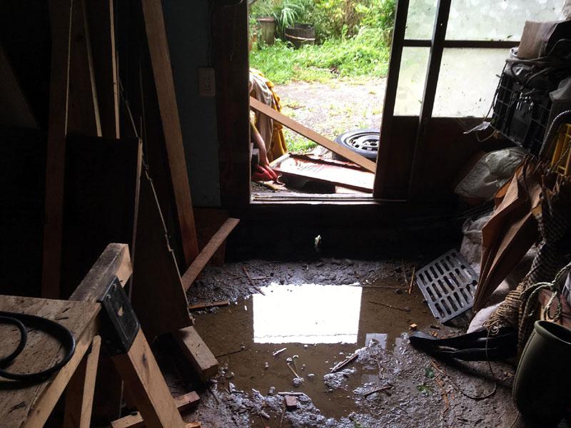 台風15号で土間に水たまり
