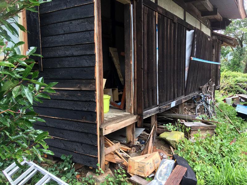 台風15号で戸袋が飛び、家の中の物が散乱
