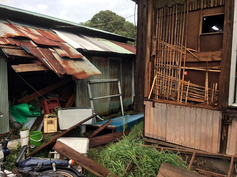 台風15号で戸袋が飛び物置の物も散乱