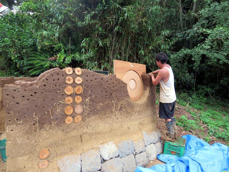 砂と粘土と藁で作るコブハウス