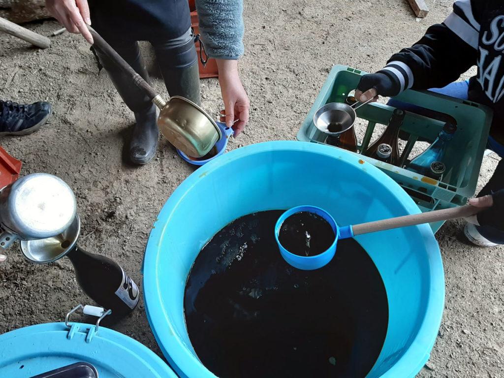 醤油のビン入れ作業